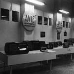 """Il gruppo costruttori Apparecchi Radio di ANIE partecipa alla Mostra nazionale della radio nel 1949. L'anno successivo, in occasione della XVII edizione della Mostra annuale della radio e della televisione, venne presentata la prima serie di radioricevitori marchiati """"ANIE"""" caratterizzata da """"prezzo modico, affinate caratteristiche tecniche, accurata finitura estetica e concessione di particolari facilitazioni all'acquirente"""" (""""Industria italiana elettrotecnica"""", rivista)"""