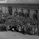 Le maestranze della A.Croci & Farinelli di fronte allo stabilimento in una foto di metà anni '40