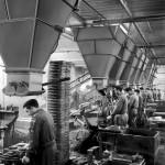 Forgiatura degli stampi nello stabilimento della Palazzoli di Brescia (1956)
